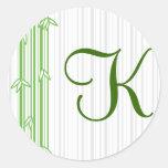 Monograma con el fondo de bambú - letra K Pegatina Redonda