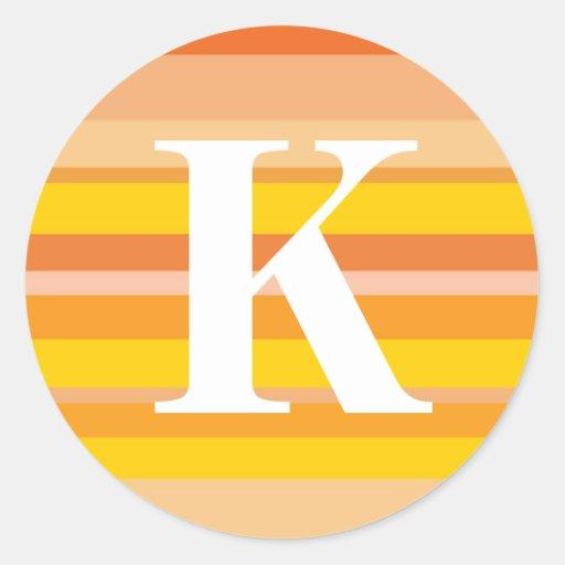 Monograma con un fondo rayado colorido - K Pegatinas Redondas