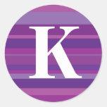 Monograma con un fondo rayado colorido - K Pegatina Redonda
