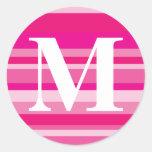 Monograma con un fondo rayado colorido - M Pegatina Redonda