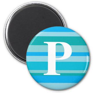 Monograma con un fondo rayado colorido - P Imán Redondo 5 Cm