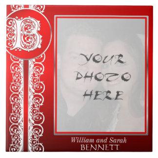 """Monograma """"cordón blanco de B en rojo"""" con la foto Azulejo Cuadrado Grande"""