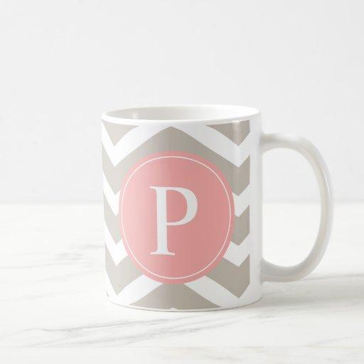 Monograma de Chevron del rosa del melocotón del ta Taza Básica Blanca