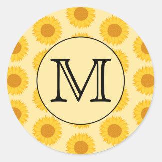 Monograma de encargo, con los girasoles amarillos pegatina redonda