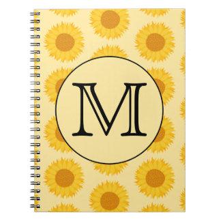 Monograma de encargo, con los girasoles amarillos spiral notebook