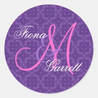 Monograma de encargo V07 del boda púrpura Pegatina Redonda