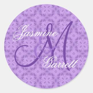 Monograma de encargo V12 del boda púrpura Pegatina Redonda