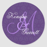 Monograma de encargo V14 del boda púrpura Pegatina Redonda