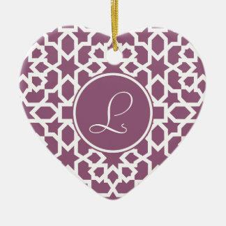 Monograma de geometría en elegante violeta adorno navideño de cerámica en forma de corazón