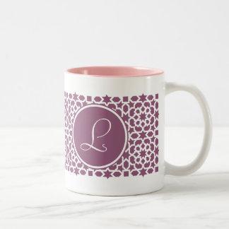 Monograma de geometría en elegante violeta taza dos tonos