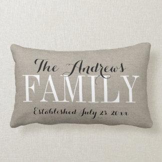 Monograma de la familia y fecha beige rústicos del cojín