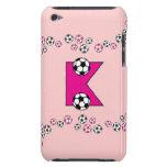 Monograma de la letra K en rosa del fútbol iPod Case-Mate Protectores
