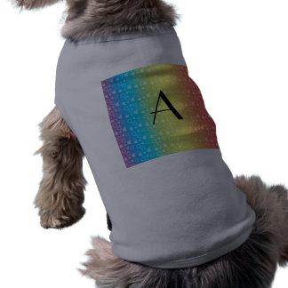 Monograma de los corazones del arco iris ropa de mascota