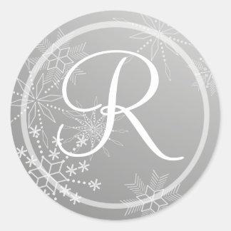 Monograma de plata de las gemas del copo de nieve pegatina redonda