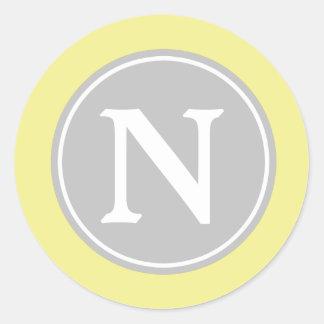 Monograma del amarillo y del blanco de mantequilla pegatina redonda