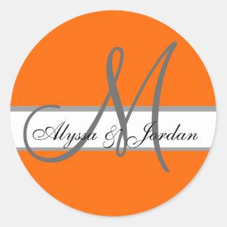 Monograma del boda y nombres naranja y sello de pegatina redonda