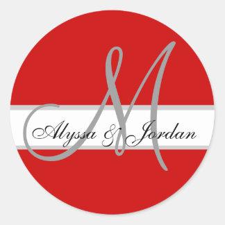 Monograma del boda y sello de encargo del rojo de pegatina redonda