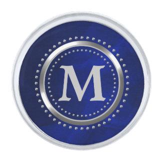 Monograma del cromo del azul real insignia plateada