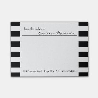 Monograma del modelo de las rayas del blanco del n nota post-it®