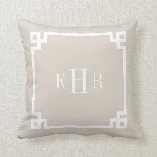 Monograma dominante griego beige de lino del perso almohadas