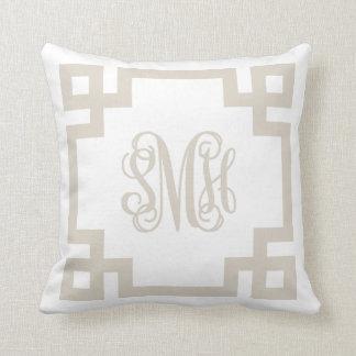 Monograma dominante griego beige y blanco de lino cojín