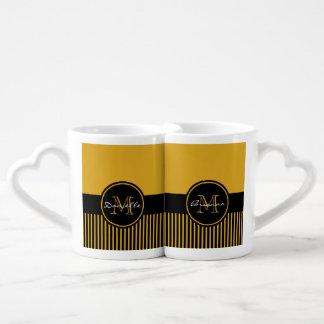 Monograma elegante amarillo de moda del círculo de taza para enamorados