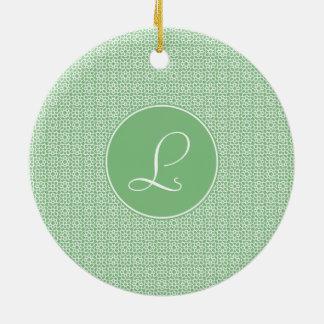 Monograma elegante de arabesco lineal color verde adorno navideño redondo de cerámica