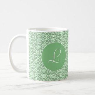 Monograma elegante de arabesco lineal color verde taza básica blanca