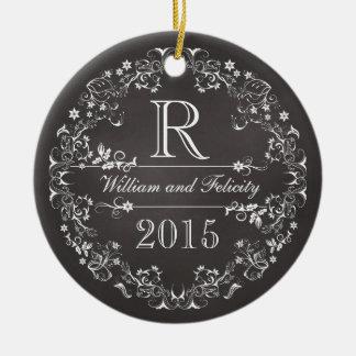 Monograma floral adornado de la pizarra que casa adorno navideño redondo de cerámica