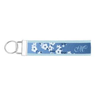 Monograma floral azul de las flores de cerezo llavero de pulsera