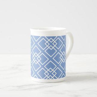 Monograma geométrico blanco azul del modelo tazas de porcelana