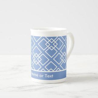 Monograma geométrico blanco azul del modelo taza de china