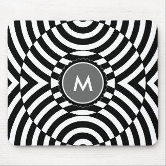 Monograma geométrico blanco y negro de la ilusión mousepads