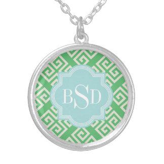 Monograma geométrico dominante griego verde collar plateado