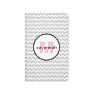 Monograma gris de Chevron Cuaderno Grapado