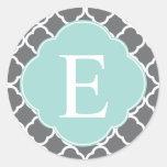 Monograma gris gris de Quatrefoil de la menta Etiqueta Redonda