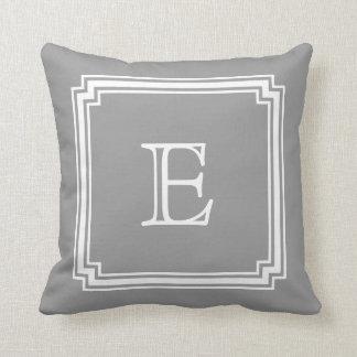 Monograma gris hecho muescas en del fondo del marc almohada