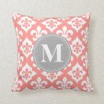 Monograma gris rosado coralino de la flor de lis d cojines