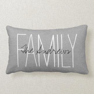 Monograma gris rústico de la familia cojín lumbar
