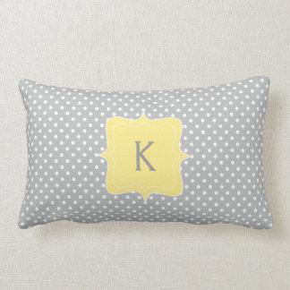 Monograma gris y amarillo del lunar almohadas