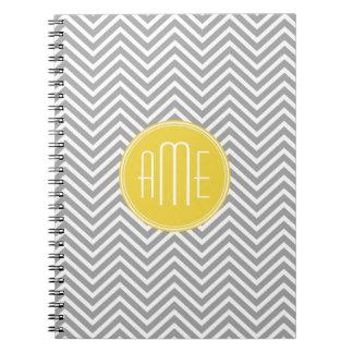 Monograma gris y amarillo del personalizado de los note book