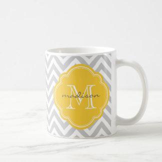 Monograma gris y amarillo del personalizado de taza básica blanca
