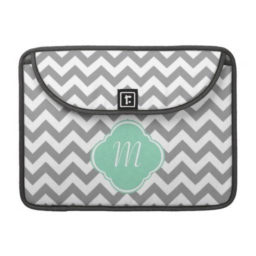 Monograma gris y blanco del personalizado del zigz fundas para macbooks