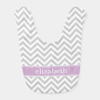 Monograma gris y púrpura de Chevron Babero Para Bebé