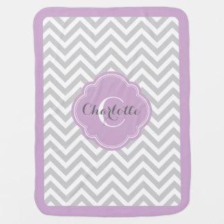 Monograma gris y púrpura de Chevron Mantita Para Bebé