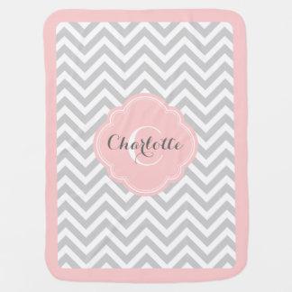 Monograma gris y rosado de Chevron Mantita Para Bebé