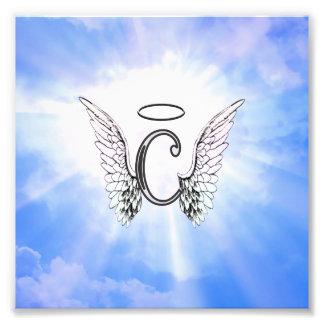Monograma inicial C con las alas del ángel nubes