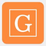 Monograma inicial enmarcado blanco anaranjado de pegatina cuadrada