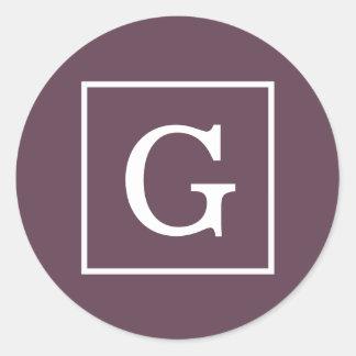 Monograma inicial enmarcado blanco de la berenjena etiquetas redondas