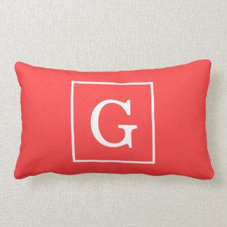 Monograma inicial enmarcado blanco rojo coralino cojin